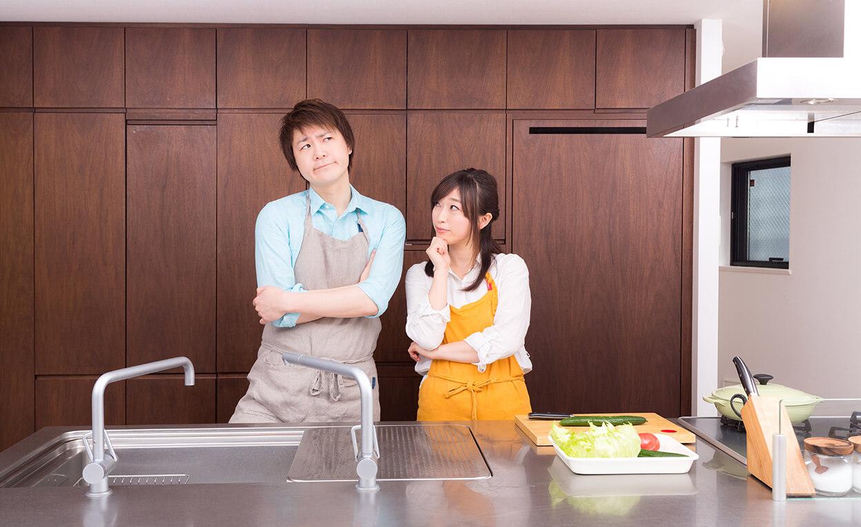 ユニバーサルホーム伊予西条店のキッチンで説明を受け夫婦