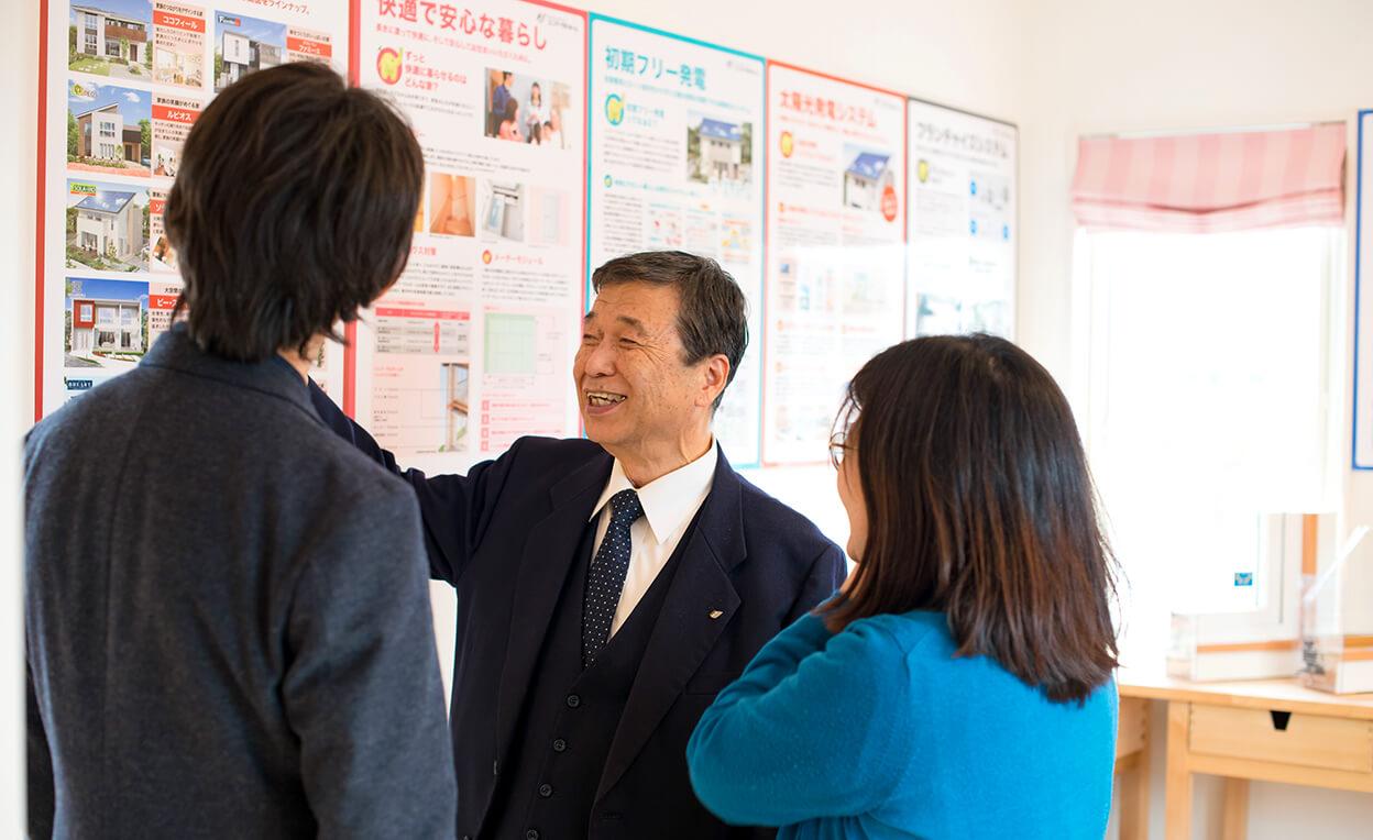 ユニバーサルホーム伊予西条店の伊藤社長から説明を受ける夫婦