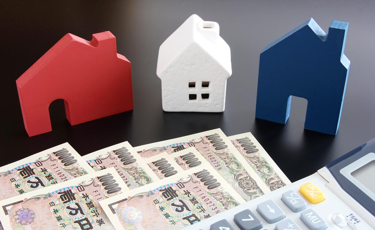 3つの家の模型とお金