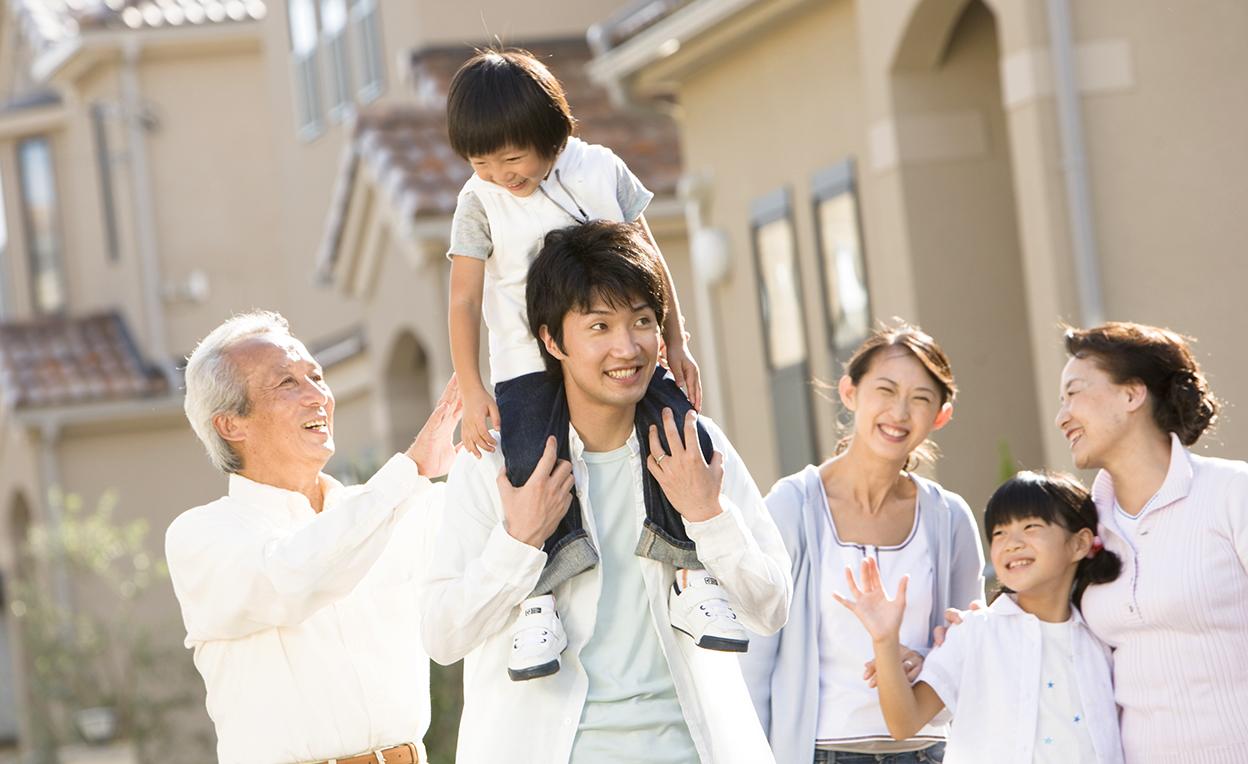 家の前にいる家族