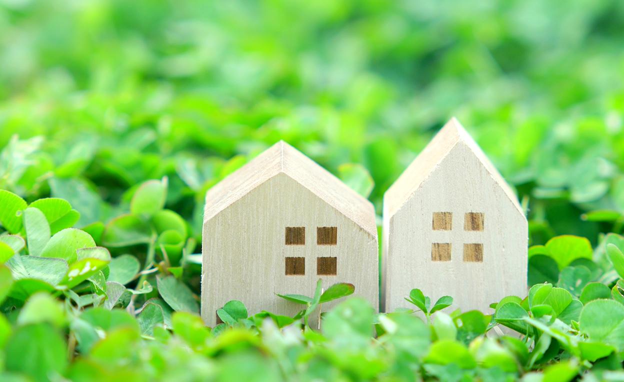 緑の上に置かれた家の模型