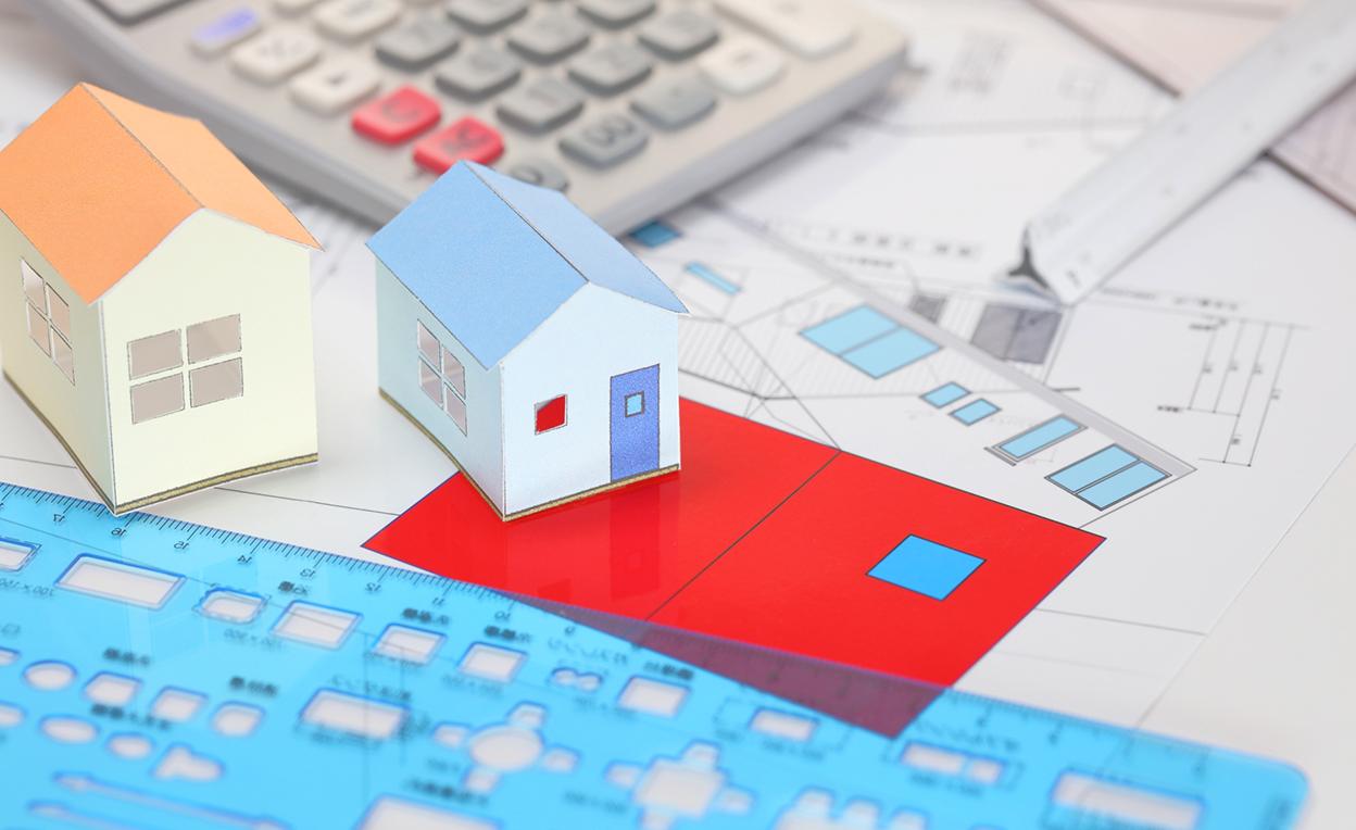 家の模型と図面、計算機