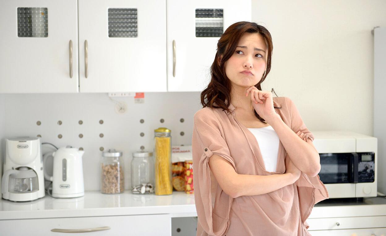 キッチンで悩む主婦