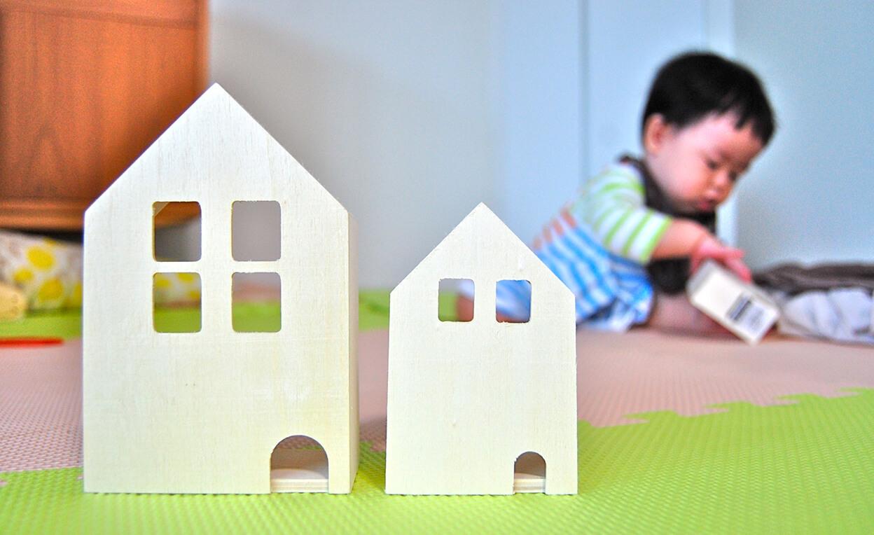 赤ちゃんと家の模型